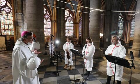 Συγκλονιστικές εικόνες από λειτουργία στην Παναγία των Παρισίων ένα χρόνο μετά την καταστροφή