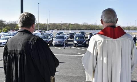 Απίστευτες εικόνες στην Γερμανία: Αντί για εκκλησία πήγαν... κινηματογράφο! (pics)