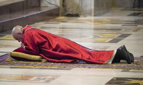 Δραματικές εικόνες στο Βατικανό: Άδεια η πλατεία του Αγίου Πέτρου τη Μεγάλη Παρασκευή (pics)