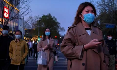 Νέα μελέτη για τον κορονοϊό: Ο ιός μπορεί να ταξιδέψει σε απόσταση μέχρι 4 μέτρων από έναν ασθενή
