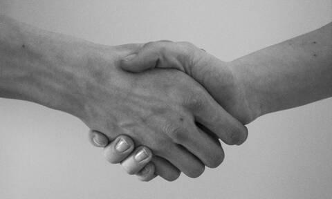 Κορονοϊός: Τι είπε ο Τσιόδρας για τις χειραψίες και ποιος πρότεινε την κατάργησή της