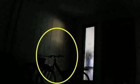 Δώστε προσοχή στον κύκλο της φωτογραφίας και δείτε τη σκιά στο βίντεο!