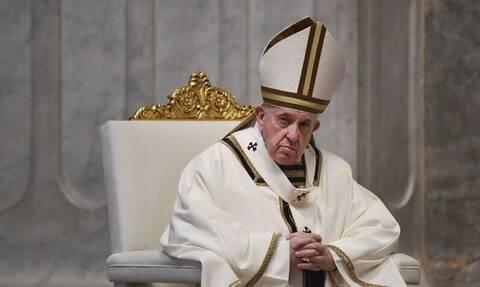 Πάσχα των Καθολικών: Συγκλονιστικές εικόνες - Ο Πάπας προσεύχεται σε άδειο ναό