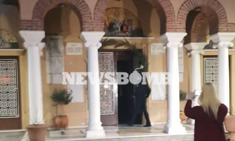 Κορονοϊός: Η Αστυνομία αναζητά τον ιερά που κοινώνησε πιστούς από την πίσω πόρτα στο Κουκάκι