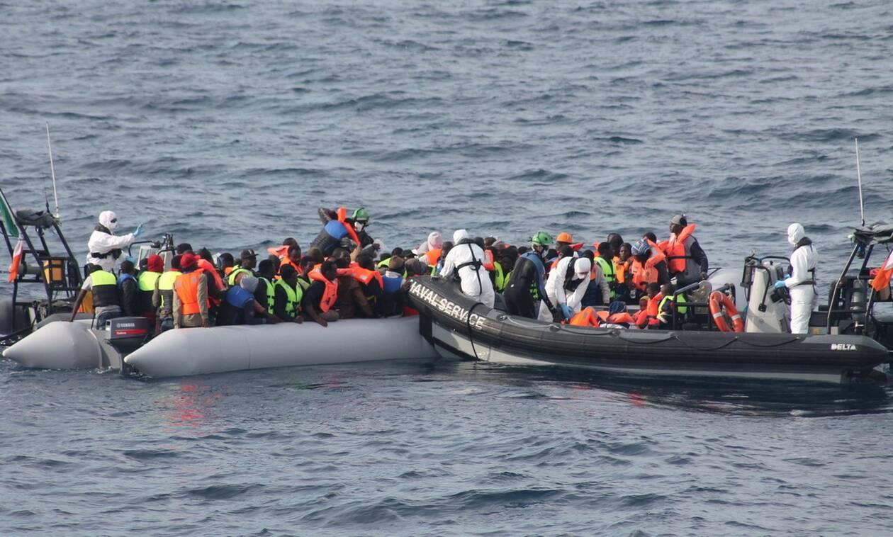Θρίλερ με πλοιάριο γεμάτο μετανάστες - Αγωνία για 250 ανθρώπους