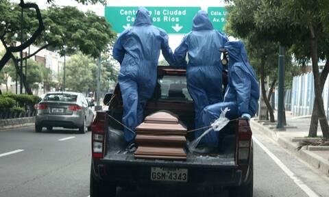 Κορονοϊός - Εικόνες φρίκης: Πέθαναν μέσα στα σπίτια τους - Μάζεψαν εκατοντάδες πτώματα οι Αρχές