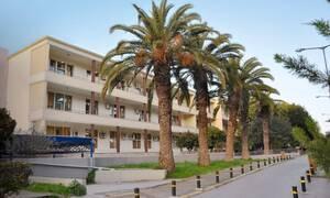 Κορονοϊός - Συγκινητικό βίντεο από την Κρήτη: Με χειροκροτήματα η έξοδος της ασθενούς από τη ΜΕΘ