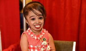 Κορονοϊός: Η πιο μικρόσωμη γυναίκα στον κόσμο βγήκε στους δρόμους για να φωνάξει «Μένουμε σπίτι»
