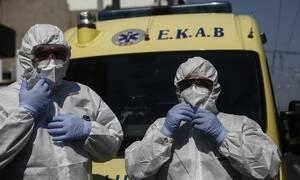 Κορονοϊός: Καρέ-καρέ η μάχη του ΕΚΑΒ με τον φονικό ιό - Οι ήρωες πίσω από τις στολές και τις μάσκες