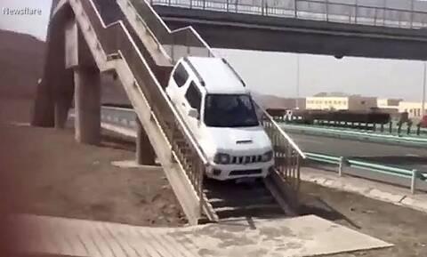 Έχασες τη έξοδο στην εθνική; Αν έχεις Suzuki Jimny κάνεις αναστροφή σε πεζογέφυρα...