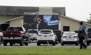Κορονοϊός: Σοκαριστικές εικόνες - Βλέπουν στο σινεμά τις κηδείες των συγγενών τους
