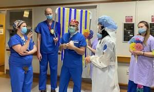 Κορονοϊός: Συγκινητικές στιγμές - Ζευγάρι γιατρών παντρεύτηκε στο διάδρομο του νοσοκομείου