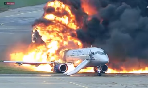 Συγκλονιστικές εικόνες: Φλεγόμενο αεροσκάφος σέρνεται στο διάδρομο προσγείωσης