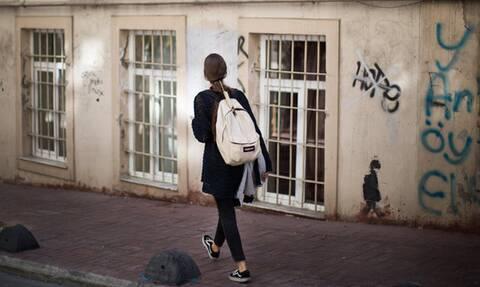 «Μπορώ να κολλήσω Κορονοϊό από το μπουφάν που φοράω όταν περπατάω έξω μόνη μου»; (video)
