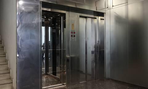 Σοκ στον Βόλο: Νεκρός άνδρας σε ασανσέρ πολυκατοικίας