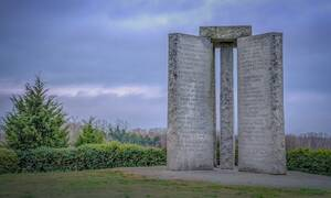 Το μνημείο που αναφέρει πώς... θα σωθεί ο κόσμος - Τι εντολές είναι γραμμένες πάνω του