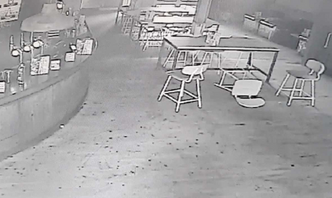 Ιδιοκτήτης μπαρ παρακολουθεί όσα κατέγραψε κάμερα ασφαλείας! Αυτό που βλέπει...