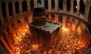 Πάσχα 2020: Η συγκλονιστική στιγμή της Αφής του Αγίου Φωτός στον «ήσυχο» Πανάγιο Τάφο