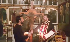 Ανατριχίλα και συγκίνηση: Τραγουδούν κάτω από τον Εσταυρωμένο Χριστό! (vid)