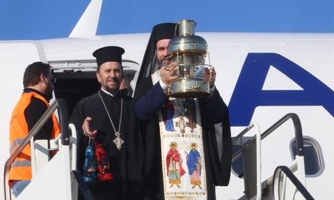 Έφτασε στην Αθήνα το Άγιο Φως - Πρωτόγνωρες εικόνες στον Πανάγιο Τάφο (vid)