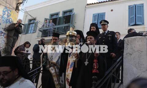 Κορονοϊός – Ρεπορτάζ Newsbomb.gr: Στην Αθήνα το Άγιο Φως – Συγκίνηση κατά την άφιξη στην Πλάκα