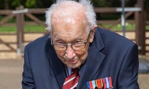 Κορονοϊος Βρετανία: Ο 99χρονος που συγκέντρωσε πάνω από 23 εκατ. λίρες για τους νοσηλευτές