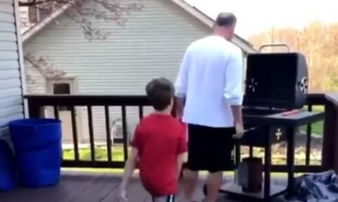 Να τι δεν πρέπει να κάνεις, όταν ψήνει ο πατέρας σου! (video+photos)
