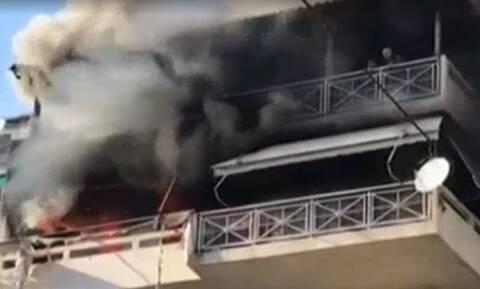 Φωτιά στα Πατήσια: Υπό έλεγχο η πυρκαγιά σε διαμέρισμα - Συγκλονίζουν οι εικόνες