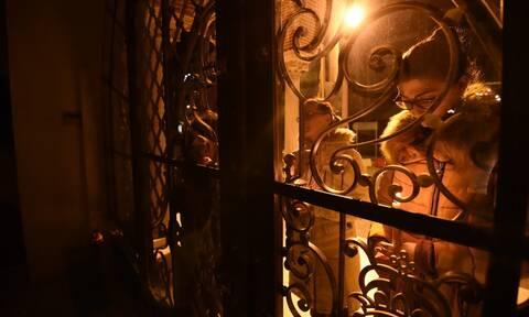 Πάσχα 2020 - Θεσσαλονίκη: Πιστοί έξω από τις κλειστές εκκλησίες για το «Χριστός Ανέστη»
