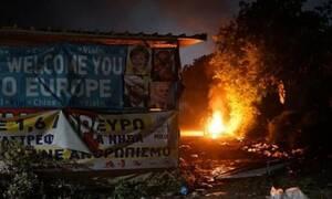 Νύχτα - κόλαση στη Χίο: Εκτεταμένα επεισόδια - Καμμένα αυτοκίνητα και οικισμοί