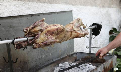 Πάσχα 2020: Οι Έλληνες τηρούν τις παραδόσεις παρά την καραντίνα – Σούβλες σε μπαλκόνια και ταράτσες