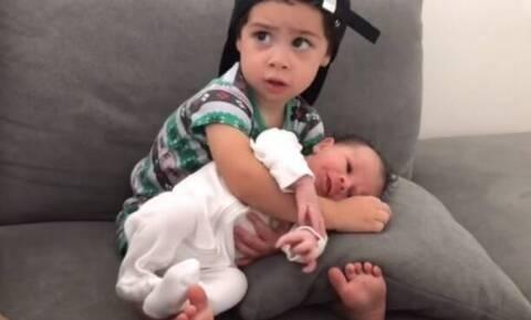 Αγκαλιάζει το αδερφάκι του για πρώτη φορά! Δείτε τι κάνει (vid)