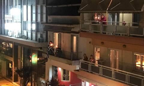 Θεσσαλονίκη: Ιερέας βγήκε μόνος στο δρόμο για το Χριστός Ανέστη – Έψαλλαν μαζί του από τα μπαλκόνια