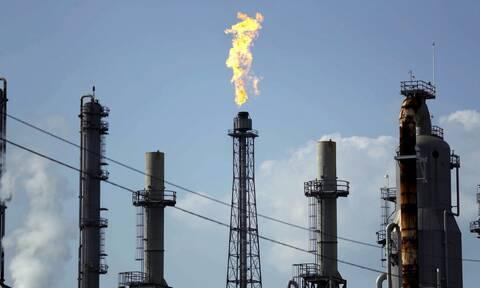 «Βυθίζεται» το πετρέλαιο: Έπεσε κάτω από τα 15 δολάρια το βαρέλι