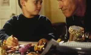 Πολύ γέλιο: Πατέρας προσπαθεί να εξηγήσει στον 5χρονο γιο του τι είναι κορονοϊός