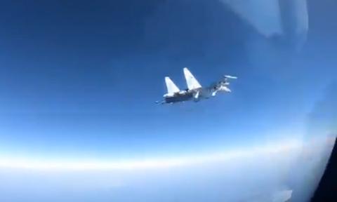 Κόβει την ανάσα: «Αερομαχία» ρωσικού μαχητικού με αμερικανικό αεροσκάφος στη Μεσόγειο (vid)
