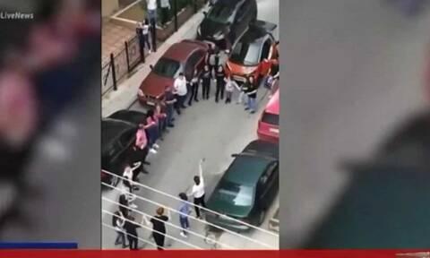 Κορονοϊός: Ποια μέτρα; Ποιος ιός στο Κορδελιό - Έστησαν τρικούβερτο γλέντι και χόρευαν στον δρόμο
