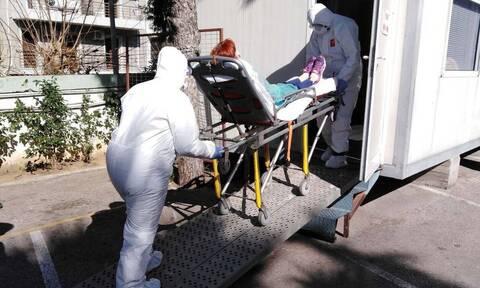 Κορονοϊός: Συγκλονίζει ο δραματικός διάλογος ασθενούς με διασώστη του ΕΚΑΒ - «Πείτε μου ότι θα ζήσω»