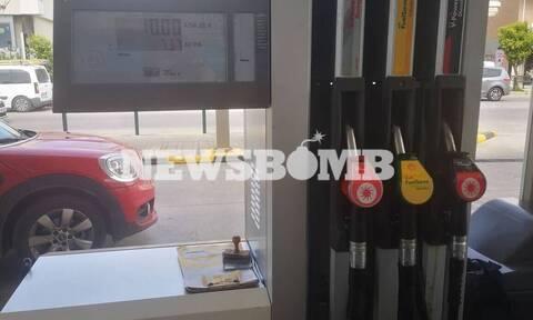 «Αυτοψία» Newsbomb.gr στα πρατήρια: Πώς επηρεάζονται στην Ελλάδα οι τιμές σε βενζίνη και πετρέλαιο