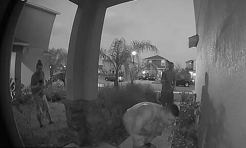 Ζευγάρι είδε στην κάμερα 3 άνδρες να πλησιάζουν την πόρτα - «Πάγωσαν» με τις κινήσεις τους (vid)