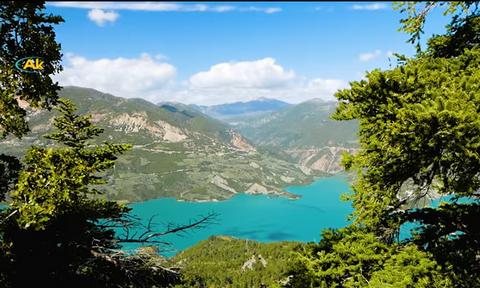 Μαγικές εικόνες! Το ιστορικό χωριό της Ελλάδας που έχει τρομερή θέα σε λίμνη (vid)