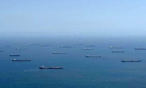 Πώς αλλάζουν οι καιροί! Δεκάδες τάνκερ γεμάτα με πετρέλαιο δεν έχουν... τι να το κάνουν (video)
