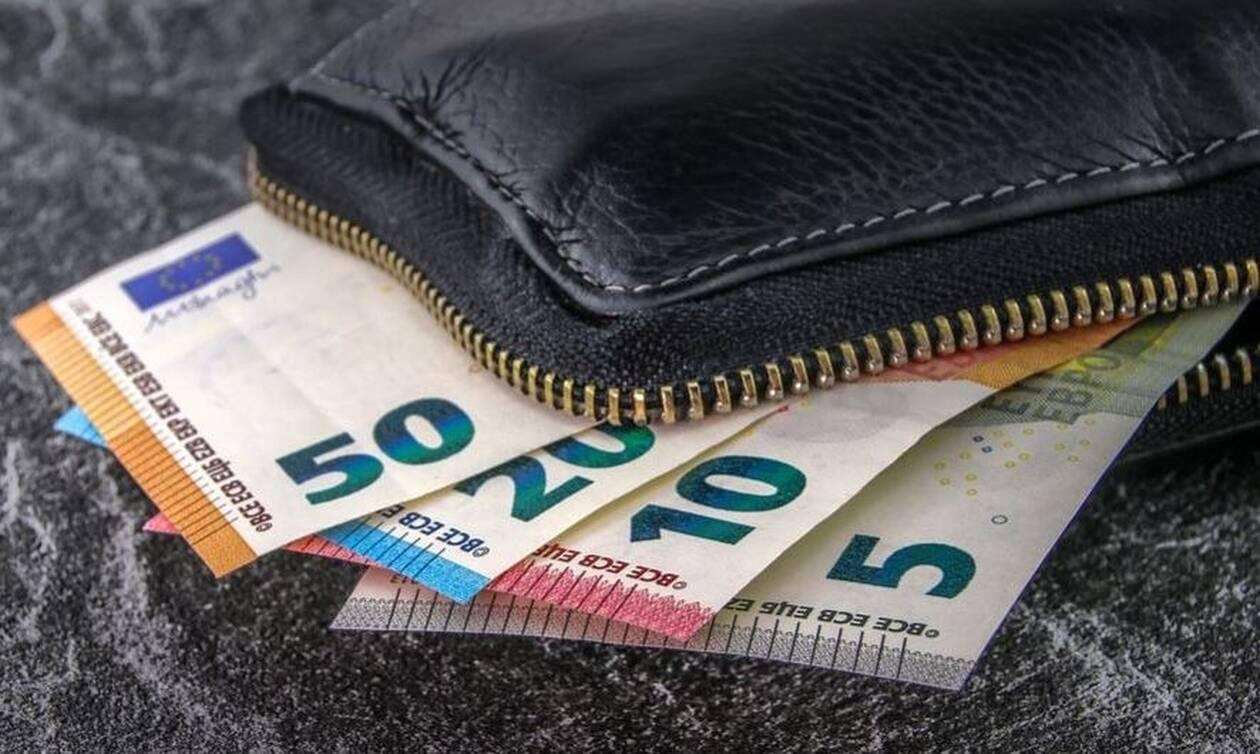 Υπάλληλος στην καθαριότητα του Δήμου Αθηναίων βρήκε 19.000 ευρώ και τα παρέδωσε (vid)