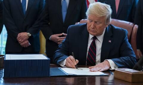 Κορονοϊός στις ΗΠΑ: Ο Τραμπ υπέγραψε το διάταγμα με το οποίο αναστέλλεται η μετανάστευση