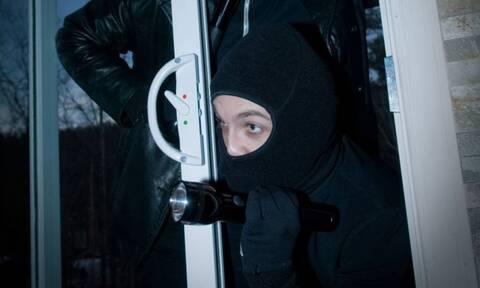 Λαμία: Έγινε τσακωτός ο ληστής από την κάμερα ασφαλείας - Δείτε τι έκανε