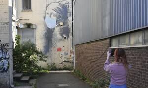 Κορονοϊός-Βρετανία: Το «Κορίτσι με το τρυπημένο τύμπανο» του Banksy απέκτησε μάσκα προστασίας (pics)