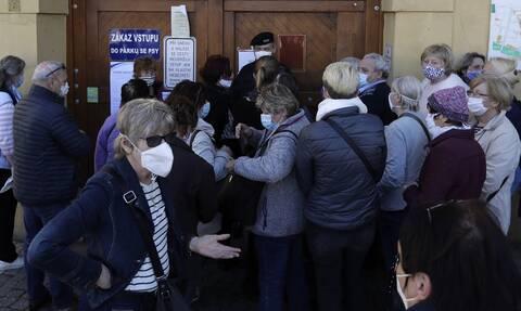 Κορονοϊός Τσεχία: Ουρές σχηματίζουν οι Τσέχοι για να υποβληθούν σε διαγνωστικά τεστ για τον ιό