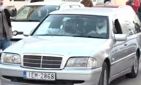 Κορονοϊός: Η στιγμή της μεταφοράς του δεύτερου νεκρού από την κλινική στο Περιστέρι