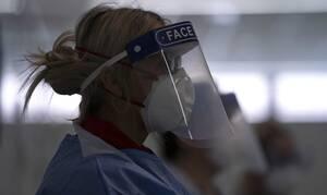 Κορονοϊός Βρετανία: Γιατροί προσέφυγαν στη δικαιοσύνη κατά της κυβέρνησης για την έλλειψη εξοπλισμού