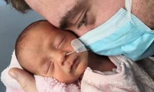 Αυτό το πρόωρο μωράκι έγινε viral - Δείτε γιατί